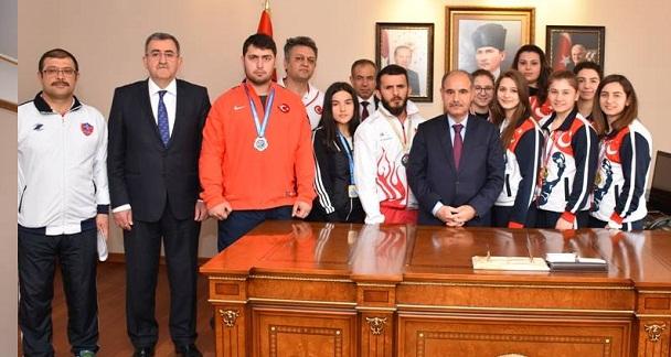 Şampiyon Sporcular Vali Aktaş'ı Ziyaret Etti