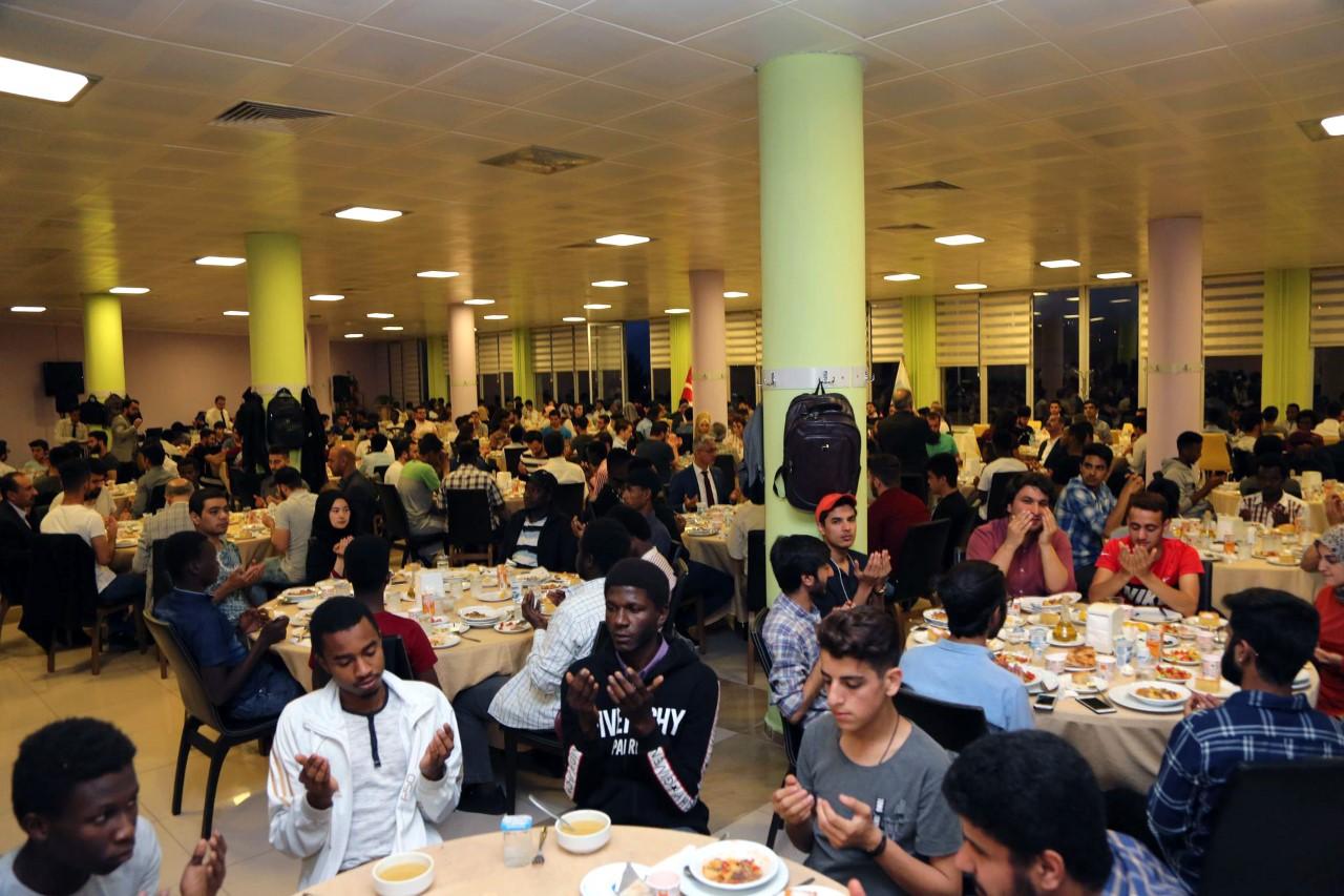 Karabük protokolü uluslararası öğrencilerle iftar yaptı