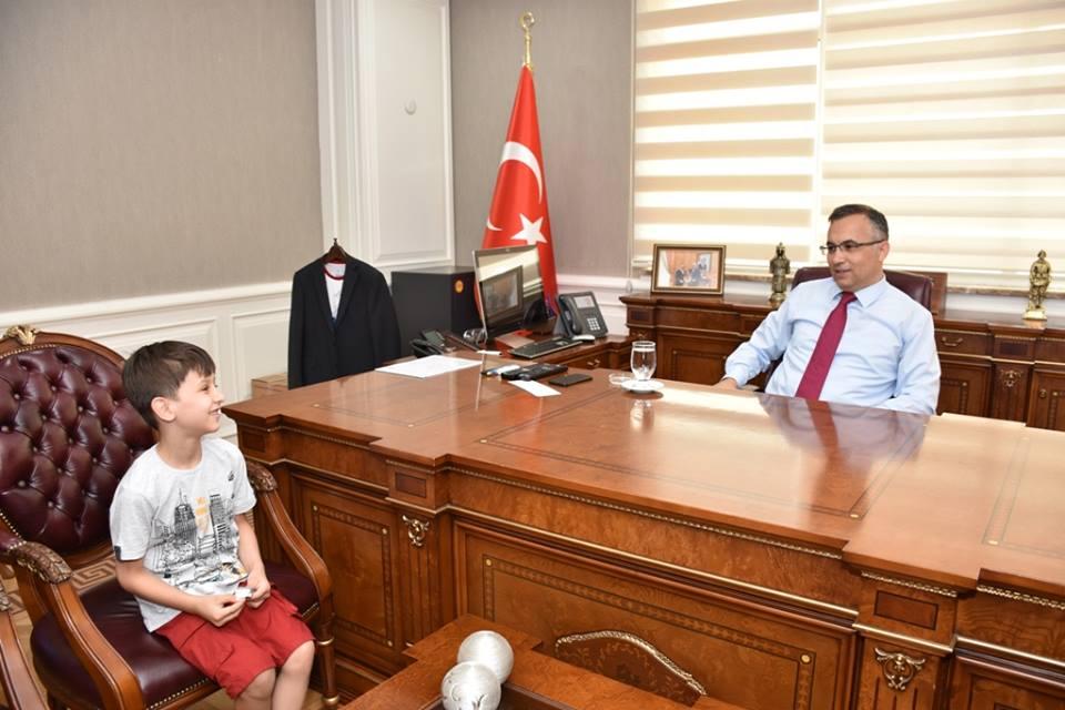 Vali Çeber, vali olmak isteyen Mehmet Emin Yavaşcı'yı kabul etti.